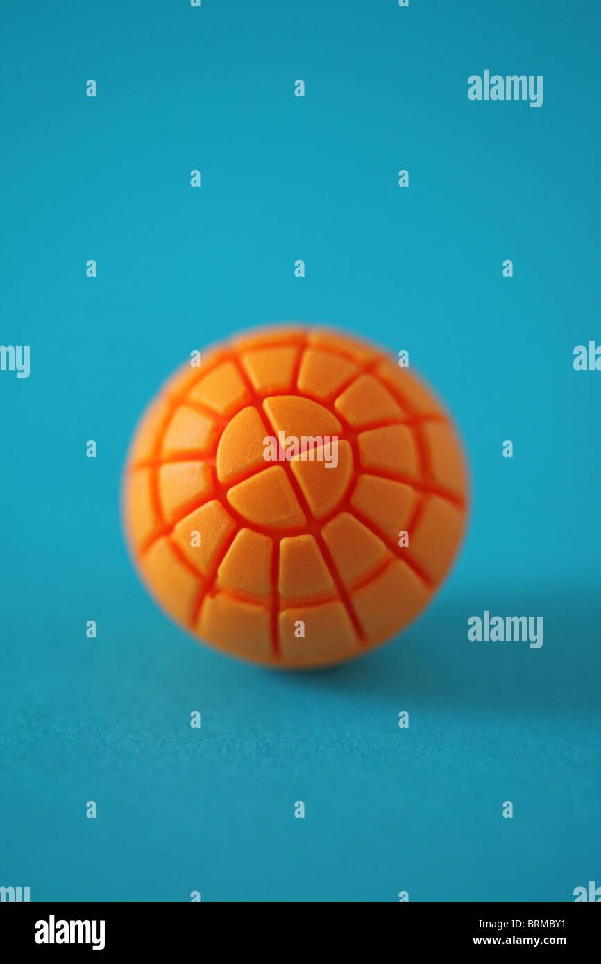 Nahaufnahme der orangefarbene Kugel Kugel auf blauen Oberfläche Stockbild
