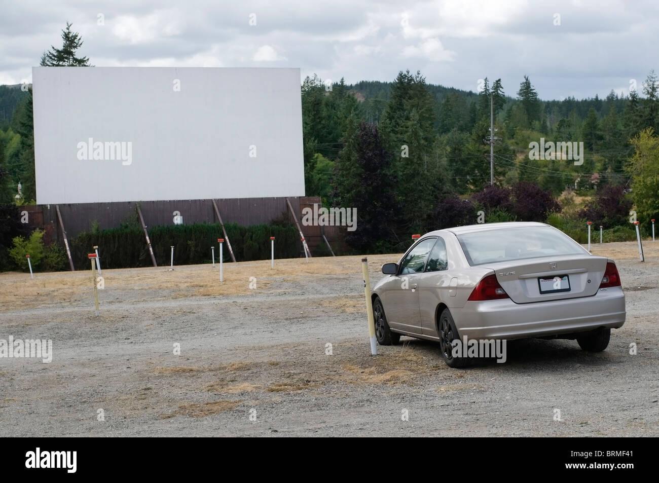 Ein Auto wartet auf den Film zu Beginn eine altmodische Drive-in-Kino in Shelton, Washington. Stockbild