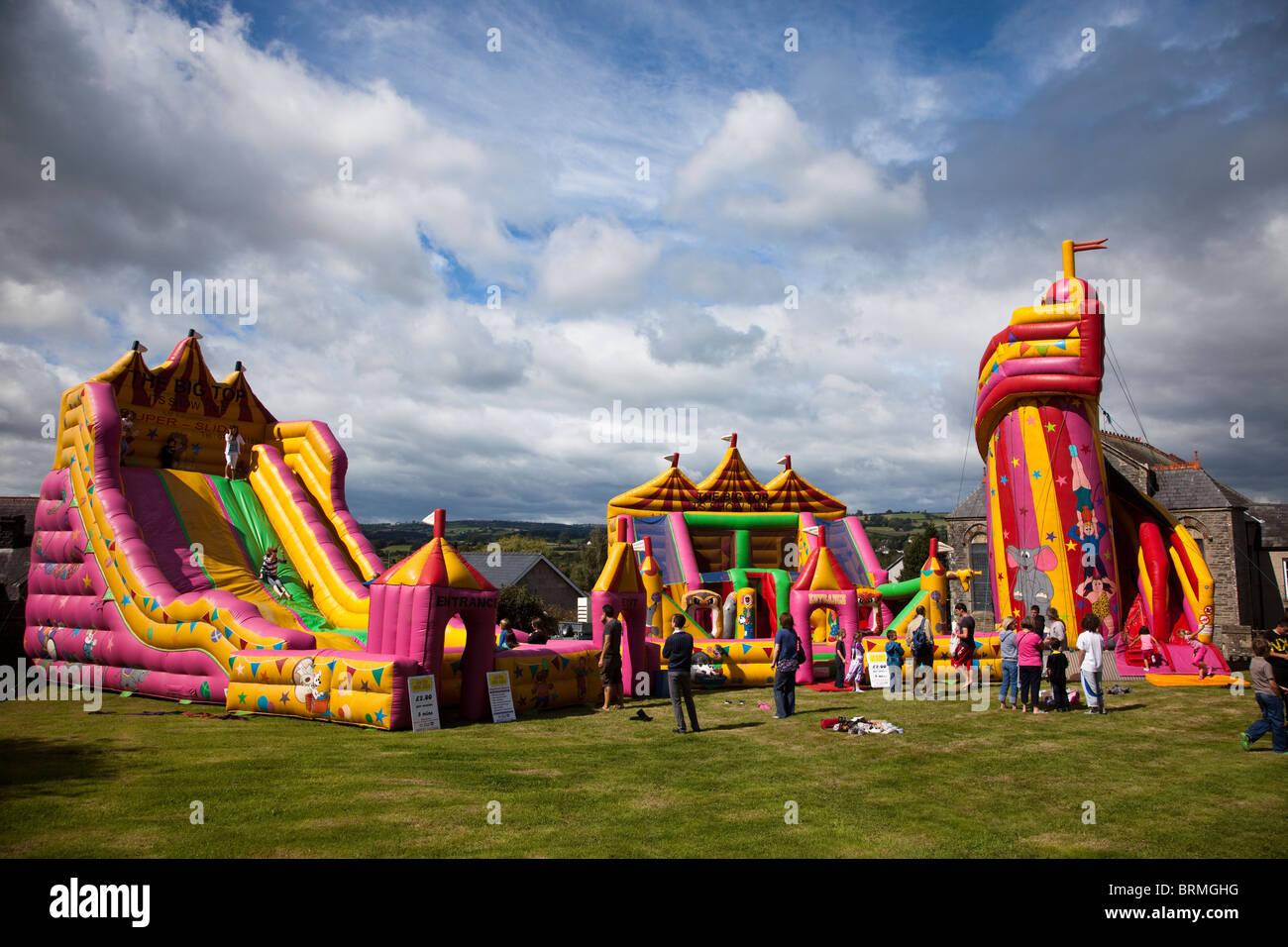 Bouncy Castle und Kirmes Attraktionen Talgarth Wales UK Stockbild