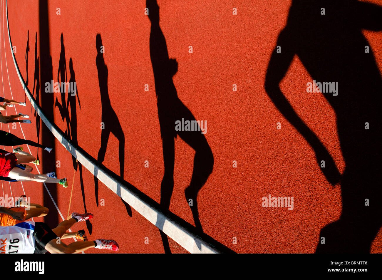 Schatten der Läufer im 800-Meter-Lauf bei Outdoor-Leichtathletik-Wettbewerb Stockbild