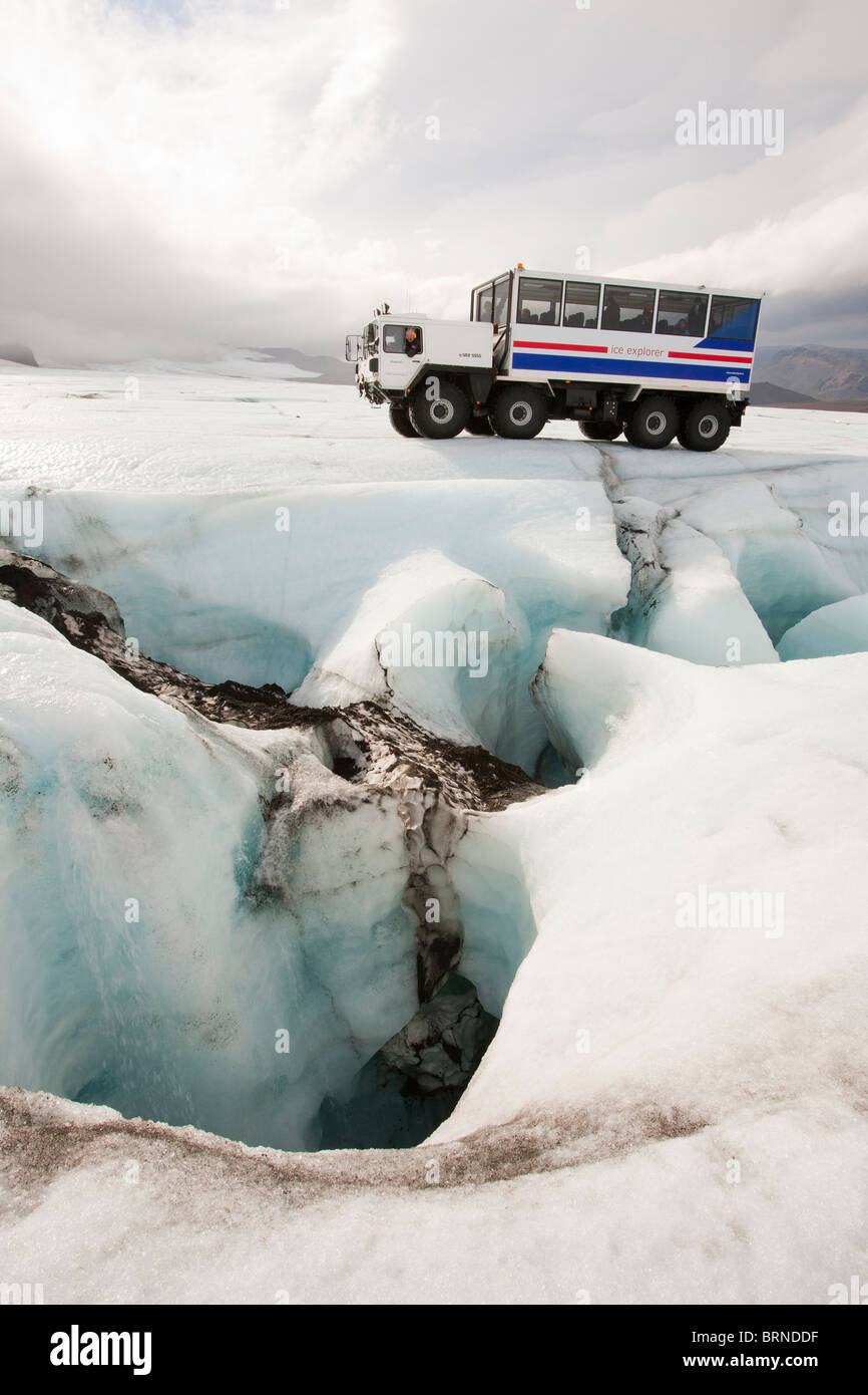 Ein 20 Tonner Ice Explorer im Besitz und betrieben von Arngrimur Hermannsson (Arni) neben einem Moulin auf Eiskappe Stockbild
