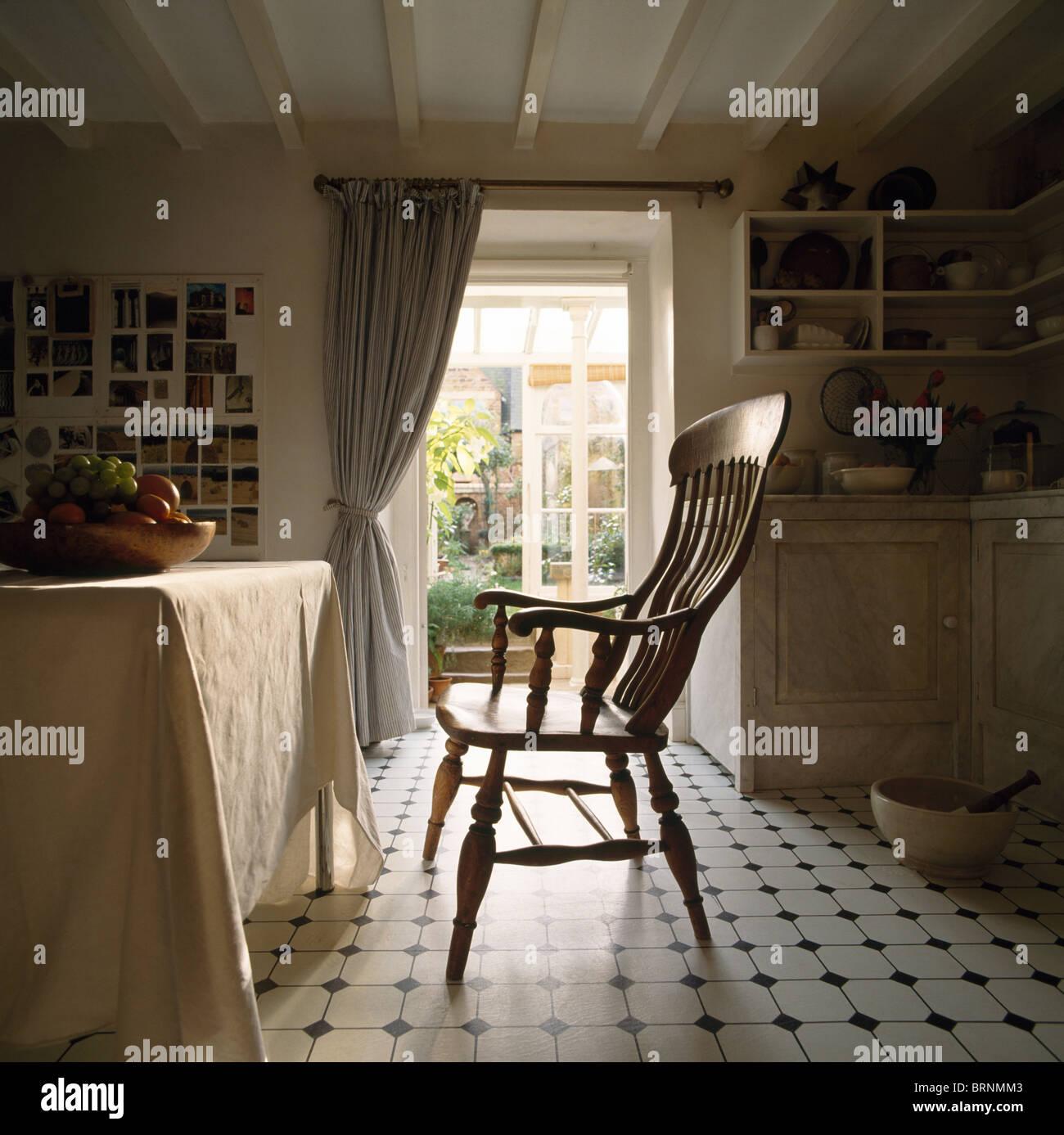 Antike Windsor Stuhl und Tisch mit Leinentuch im Cottage-Küche mit ...