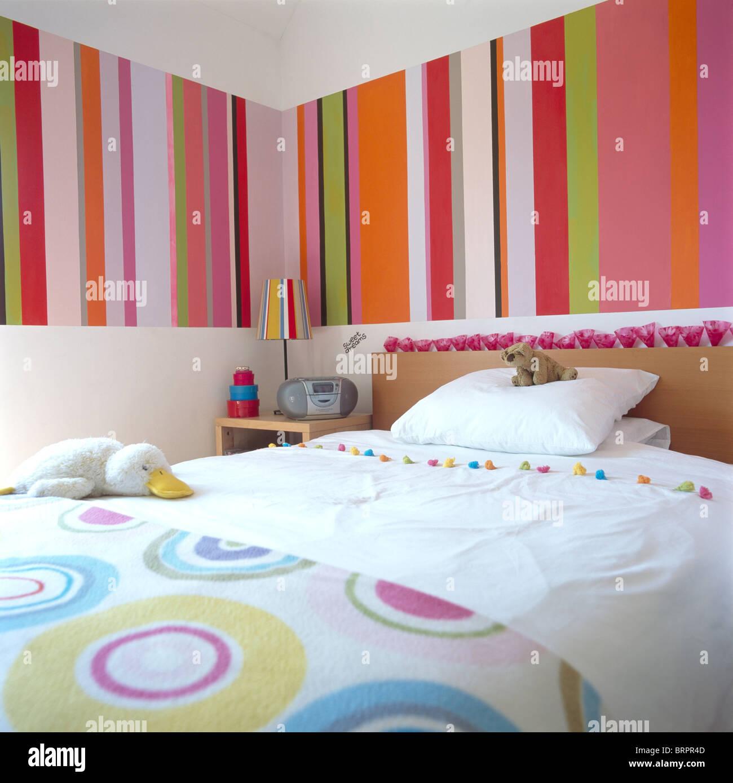 Bunt Gestreifte Tapete Panel über Bett Mit Weißer Bettwäsche Und