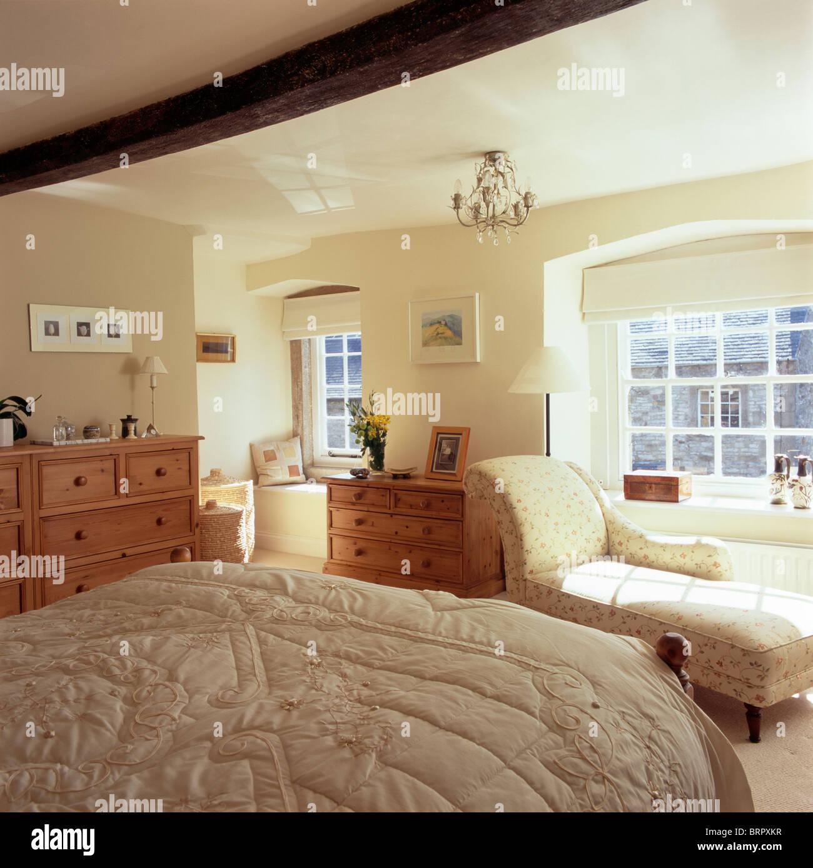Beige Quilt In Creme Land Schlafzimmer Mit Chaiselongue Vor Dem Fenster