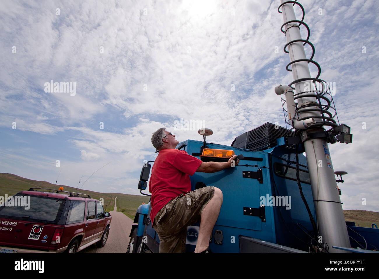 Doppler auf Rädern Nummer 7 LKW-Fahrer Herb Stein klettert auf den LKW zu der Radarschüssel binden Stockbild