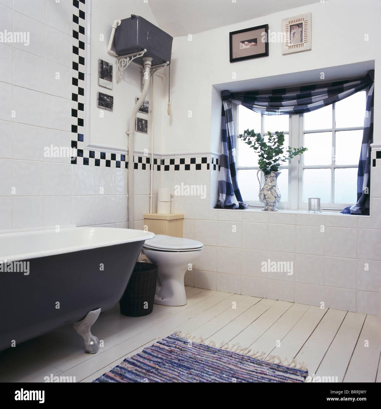 Roll-Top Badewanne in weiß geflieste Badezimmer mit schwarz + weiß ...