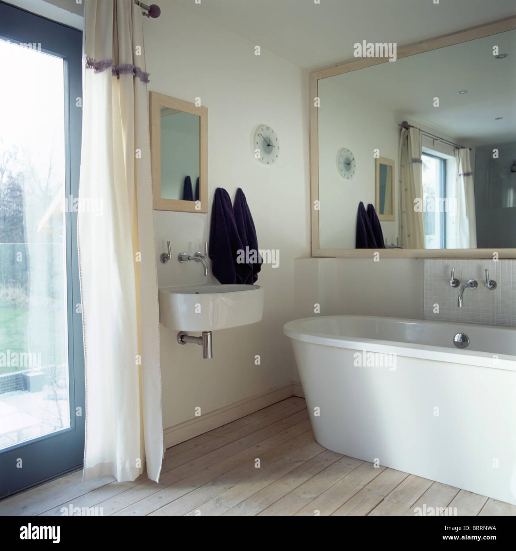Simple Groe Spiegel Ber Moderne Bad Im Kleinen Modernes Bad Mit Wandbecken  Neben Glastr Mit Weien Vorhang With Moderne Bad