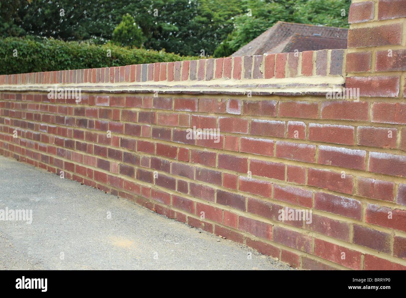 Neu errichtete Mauer an der Vorderseite eines Hauses. Stockbild
