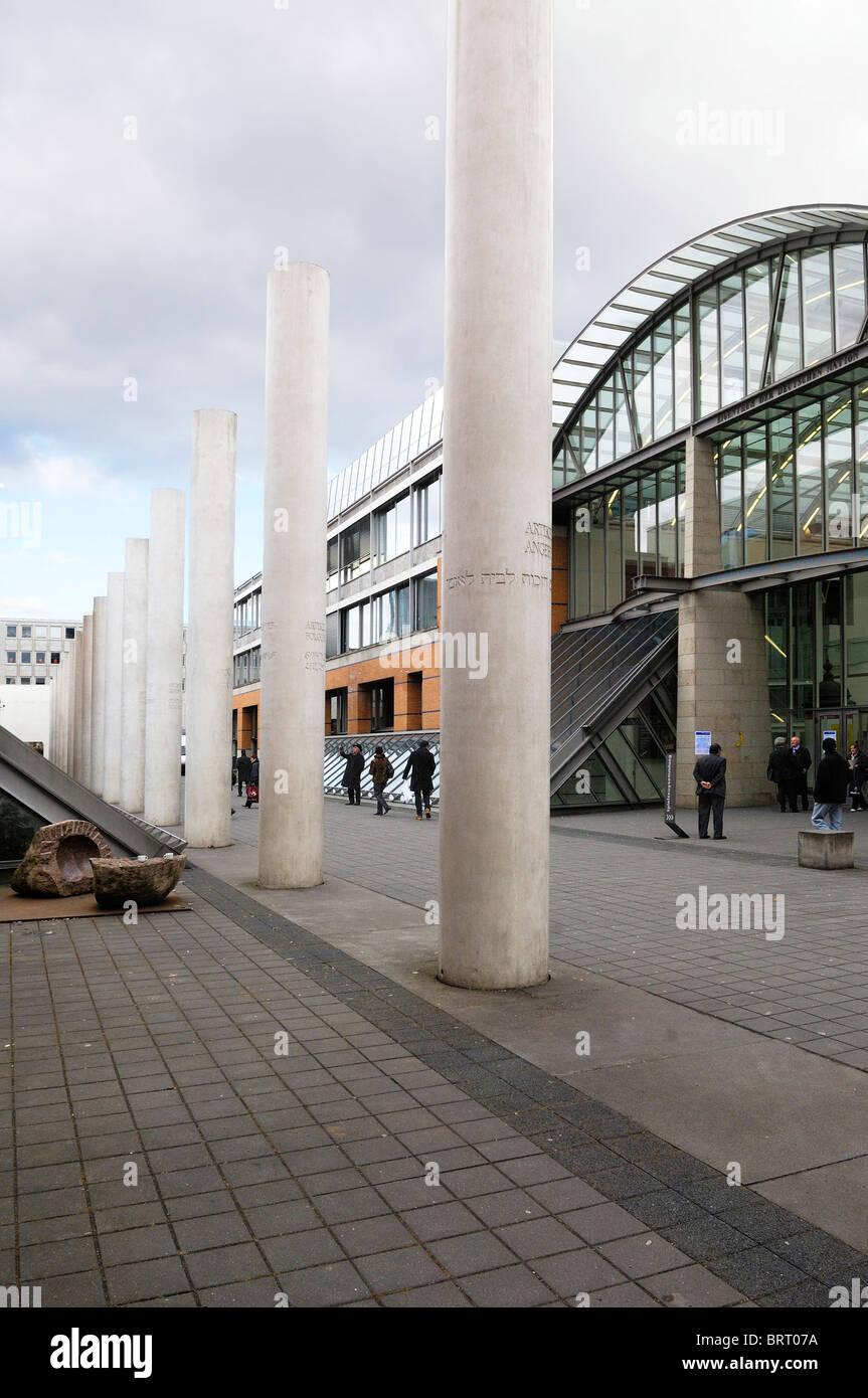 Straße der Menschenrechte, Weg der Menschenrechte, Konzept von Dani Karavan, 1993, und das Germanische Nationalmuseum, Stockbild