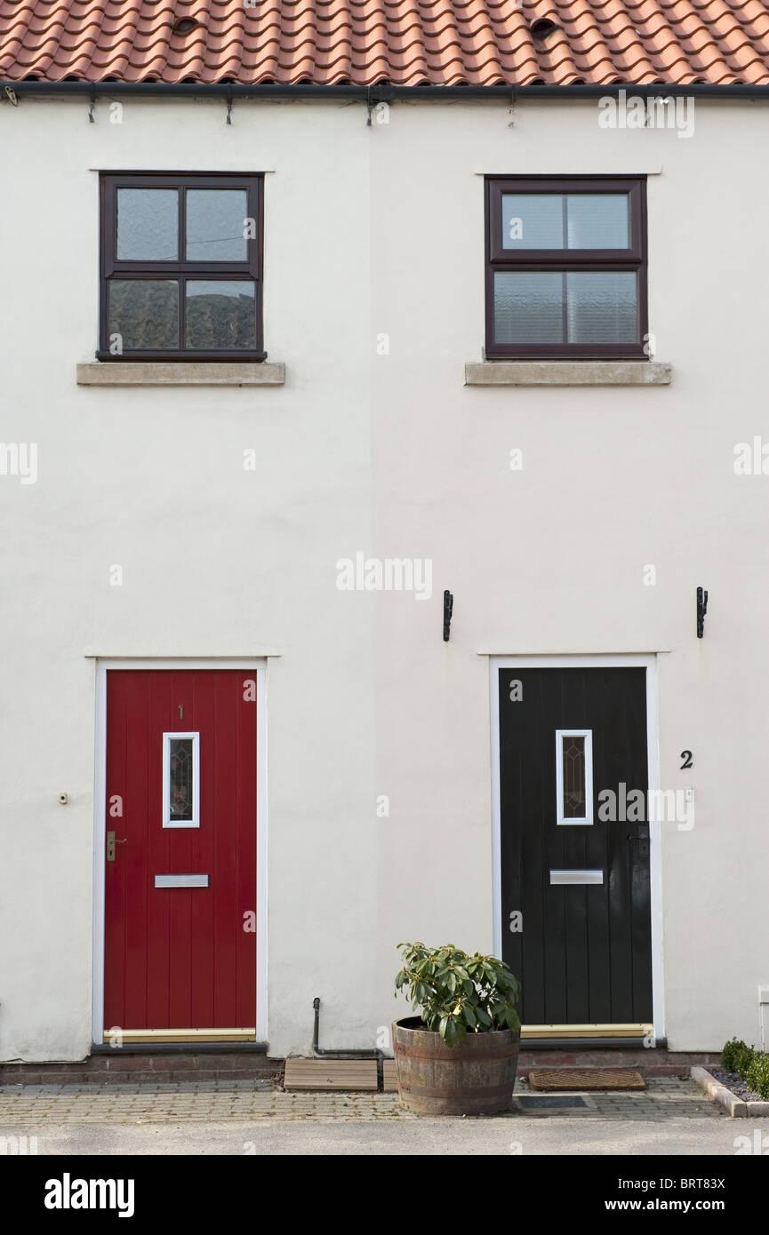 Zwei t ren eine rote eine schwarze und zwei im ersten stock fenster nebeneinander an der - Schwarze fenster ...