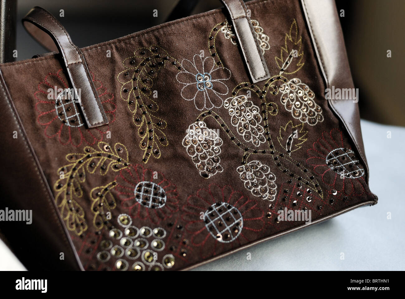 Leder und Wildleder braun Zubehör Handtasche Zubehör Tasche Griff Riemen Nähen tragen tragen Clutchbag Stockbild
