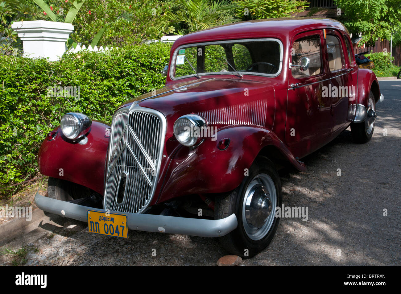 Bordeaux Citroen Traction Auto in Luang Prabang. Laos Stockbild