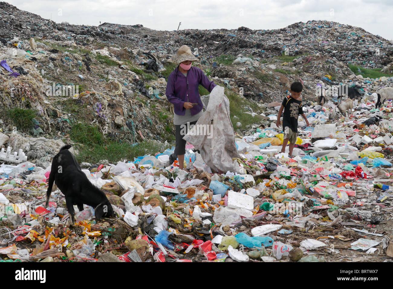 Kambodscha Scavenger Soun Srey Thouch auf der Suche nach Wertstoffen auf Phnom Penh bedeuten Caeay Müllkippe. Stockbild