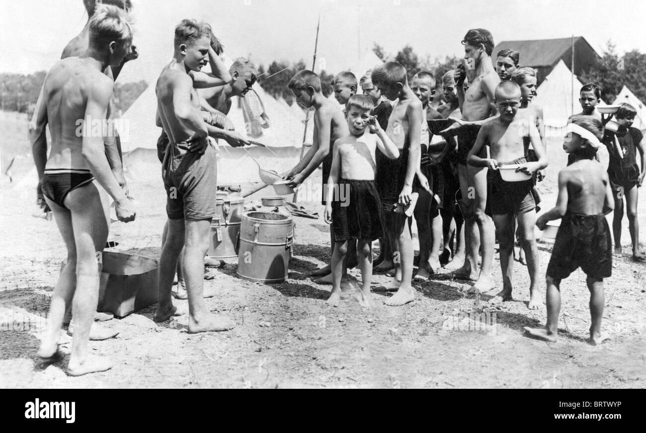 Verteilung von Mahlzeiten im Camping Fuer Jugendliche, camping für junge Leute, Geschichtsbild, ca. 1929 Stockbild
