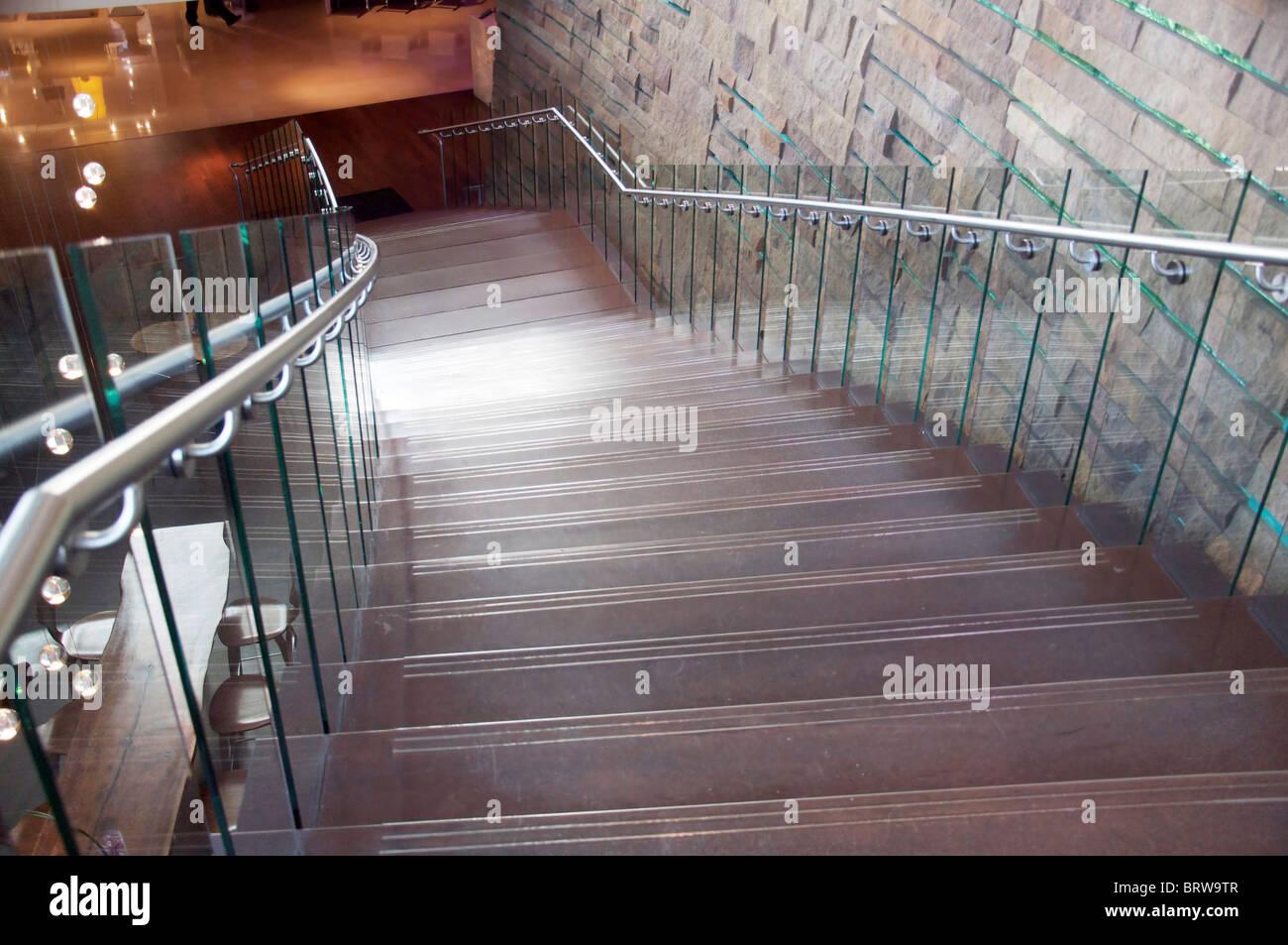 Foto von zeitgenössischer Architektur mit stilvollen modernen Designer Treppen und Wand. Stockbild