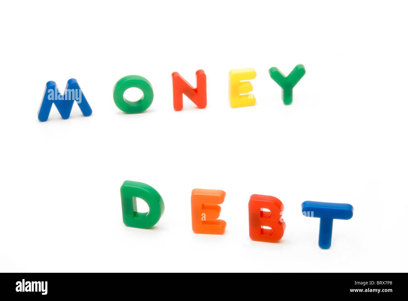 Konzeptbild - spielen Kinder Buchstaben die Worte Geld und Schulden Stockbild