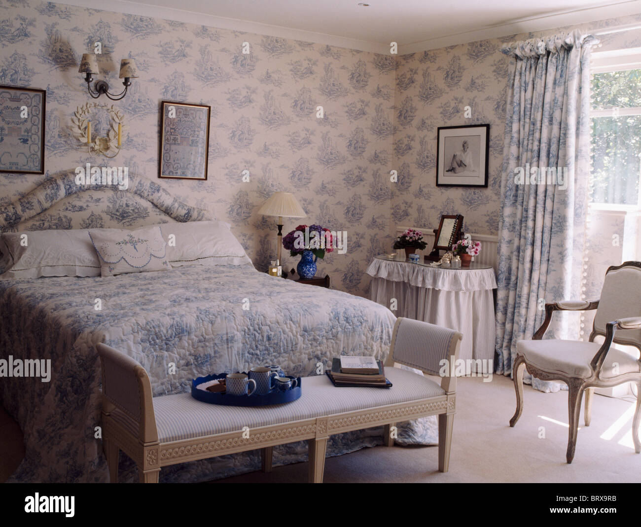 blau wei toile de jouy tapete mit passenden vorh nge und bettw sche im land schlafzimmer mit. Black Bedroom Furniture Sets. Home Design Ideas