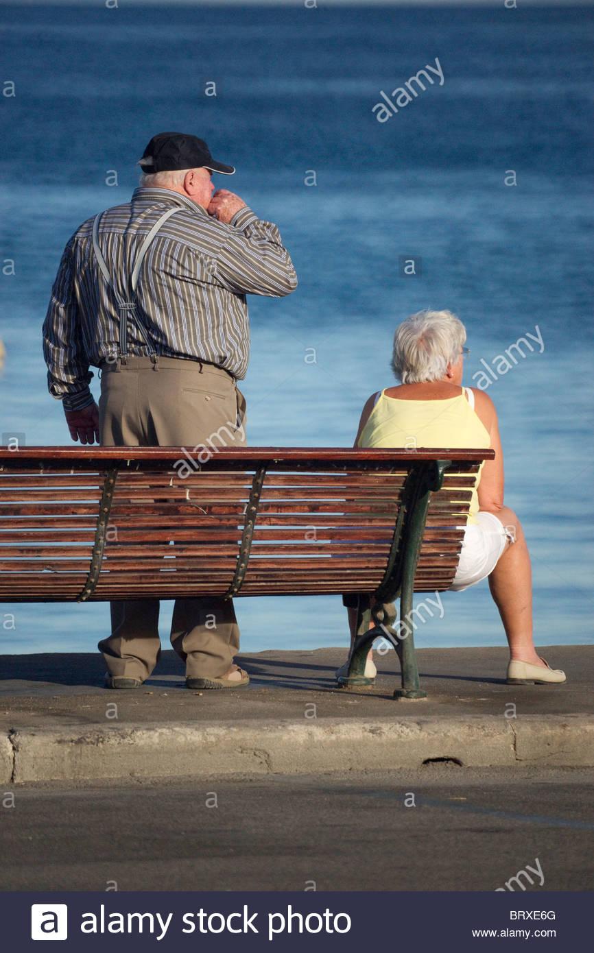 älterer mann und junge frau zug