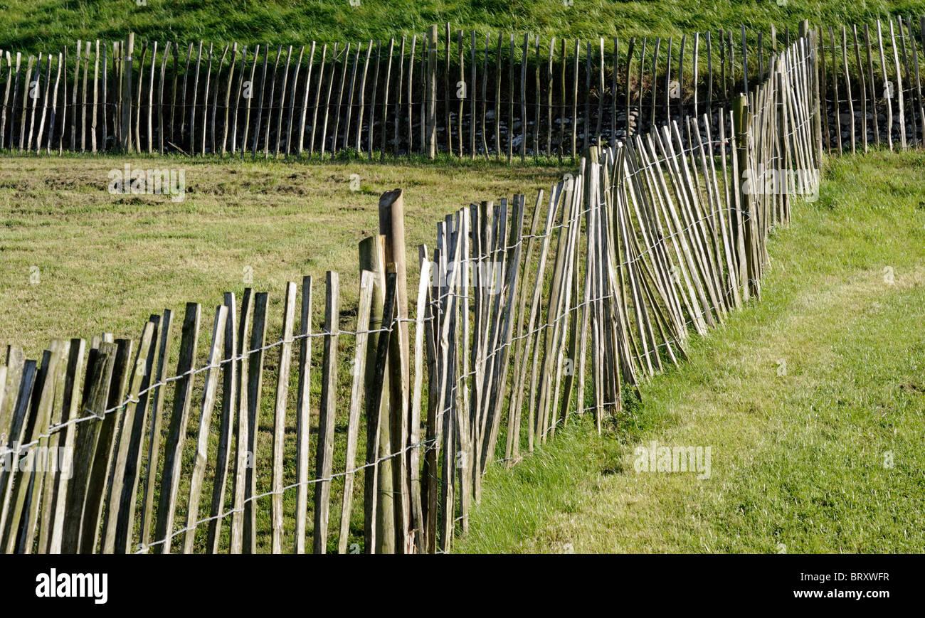 Lattenzaun aus Holz rustikal traditionellen Look bin Gartenfeld
