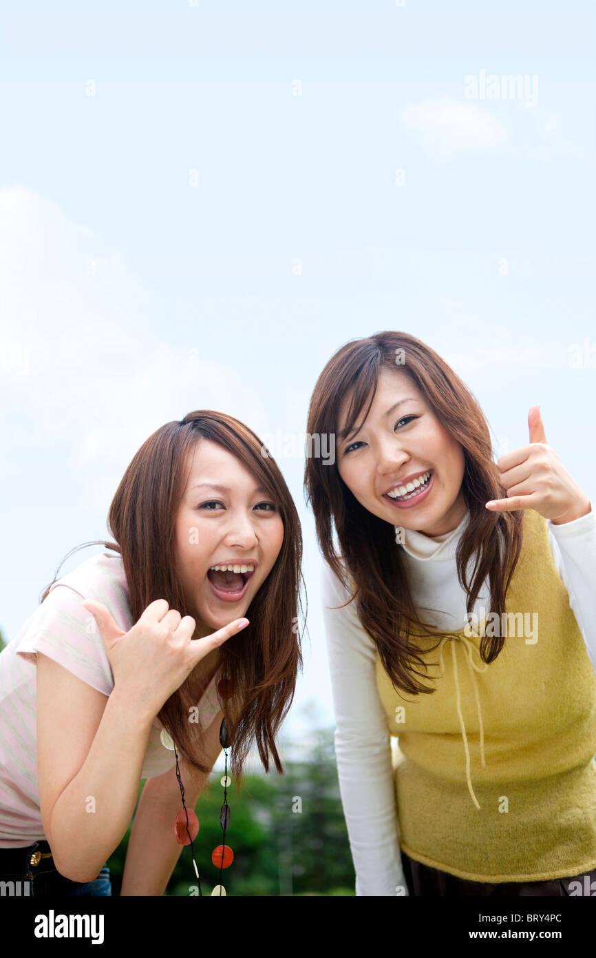 Zwei glückliche junge Frauen Gestik, Kopie Raum Stockfoto