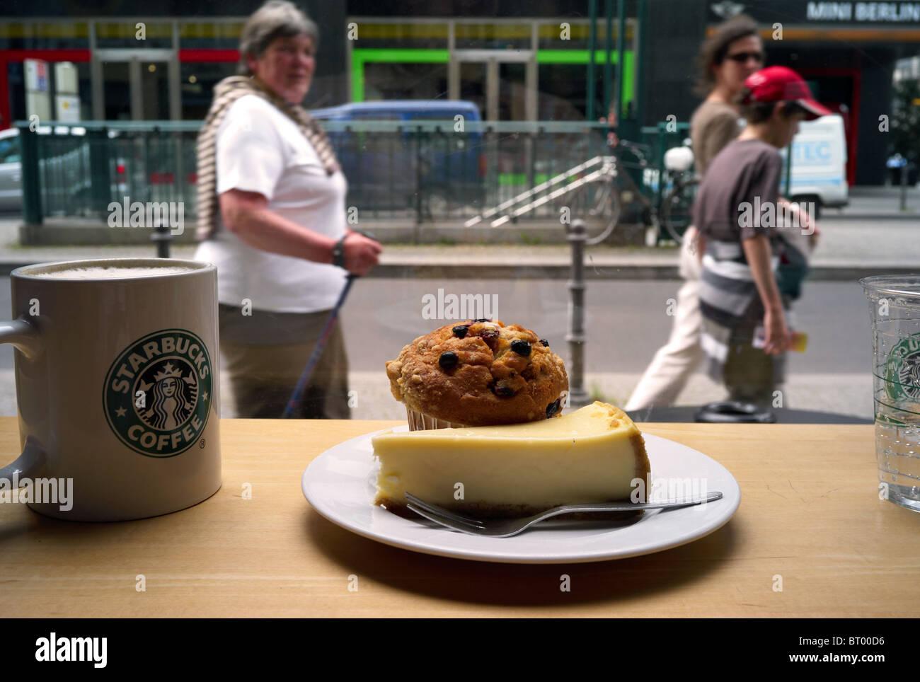 Kaffee Und Kuchen Bei Starbucks Berlin Deutschland Stockfoto Bild