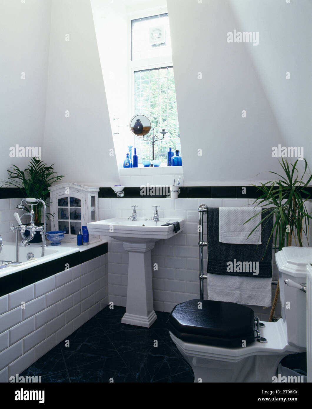 wei en sockel becken unter fenster in schwarz wei dachgeschoss badezimmer mit schwarzem sitz. Black Bedroom Furniture Sets. Home Design Ideas