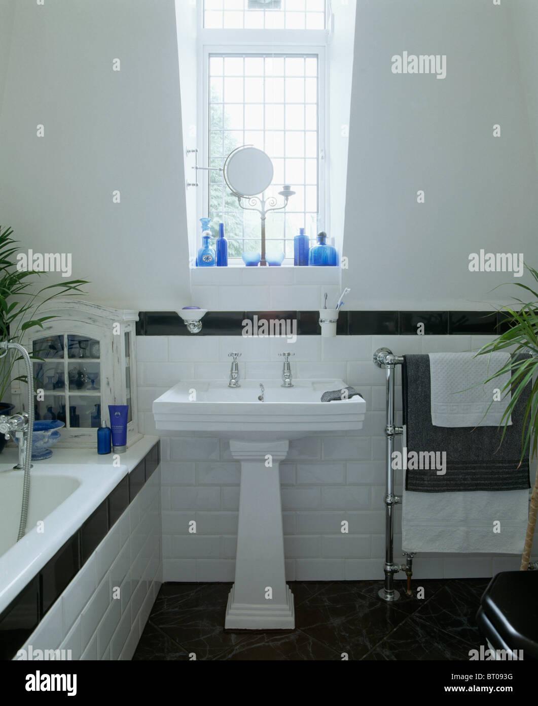 Weißen Sockel Waschbecken im weißen Dachgeschoss Bad mit ...