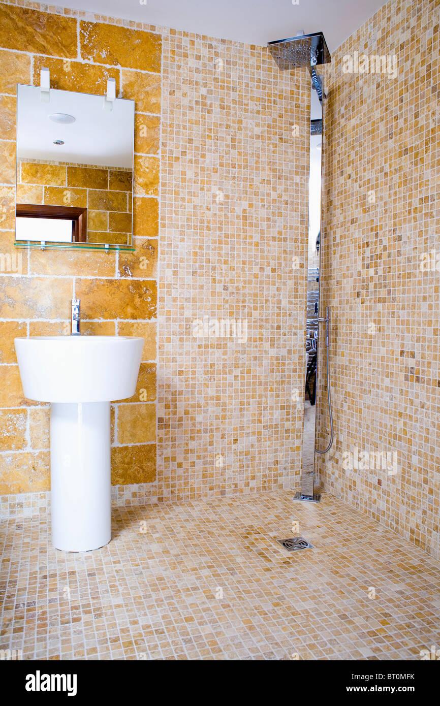 Chrom Dusche Im Modernen Mosaik Gefliest Nasszelle Mit Weißen Sockel Becken  Unten Verspiegelten Wand Schrank