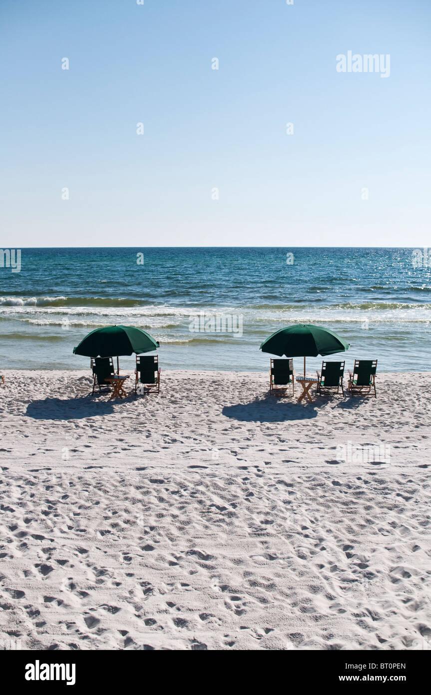 Sonnenschirmen und Stühlen sitzen, mit Blick auf den Golf von Mexiko in Rosemary Beach, Florida. Stockbild