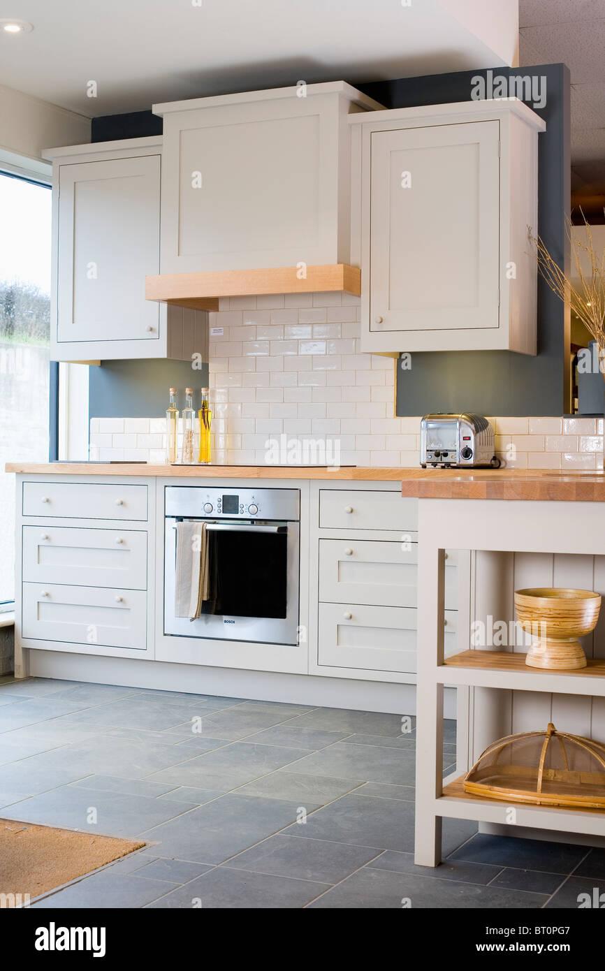 Weiß ausgestattet Schränke in traditionelle Küche mit Schiefer ...