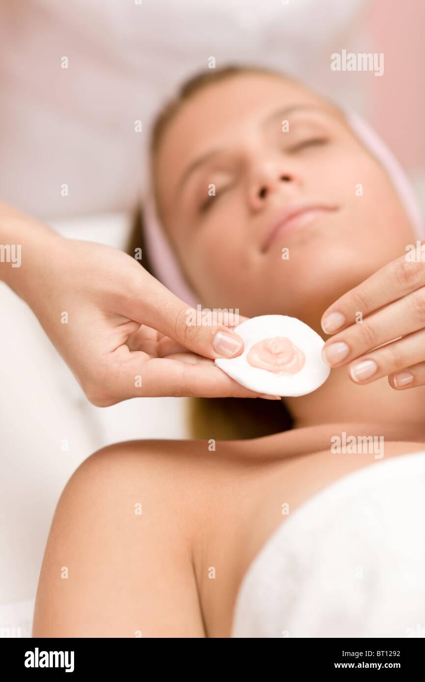 Gesichtspflege - Frau Kosmetik Behandlung im salon Stockbild