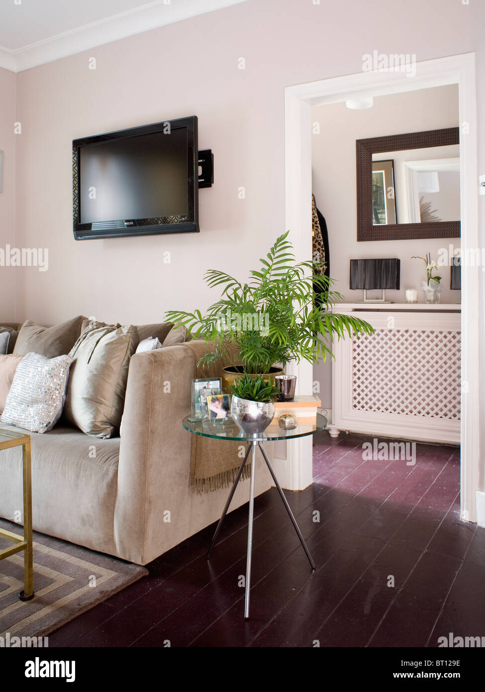 fernsehen auf wand ber beige wildleder sofa im modernen wohnzimmer mit gr nem farn im topf auf. Black Bedroom Furniture Sets. Home Design Ideas