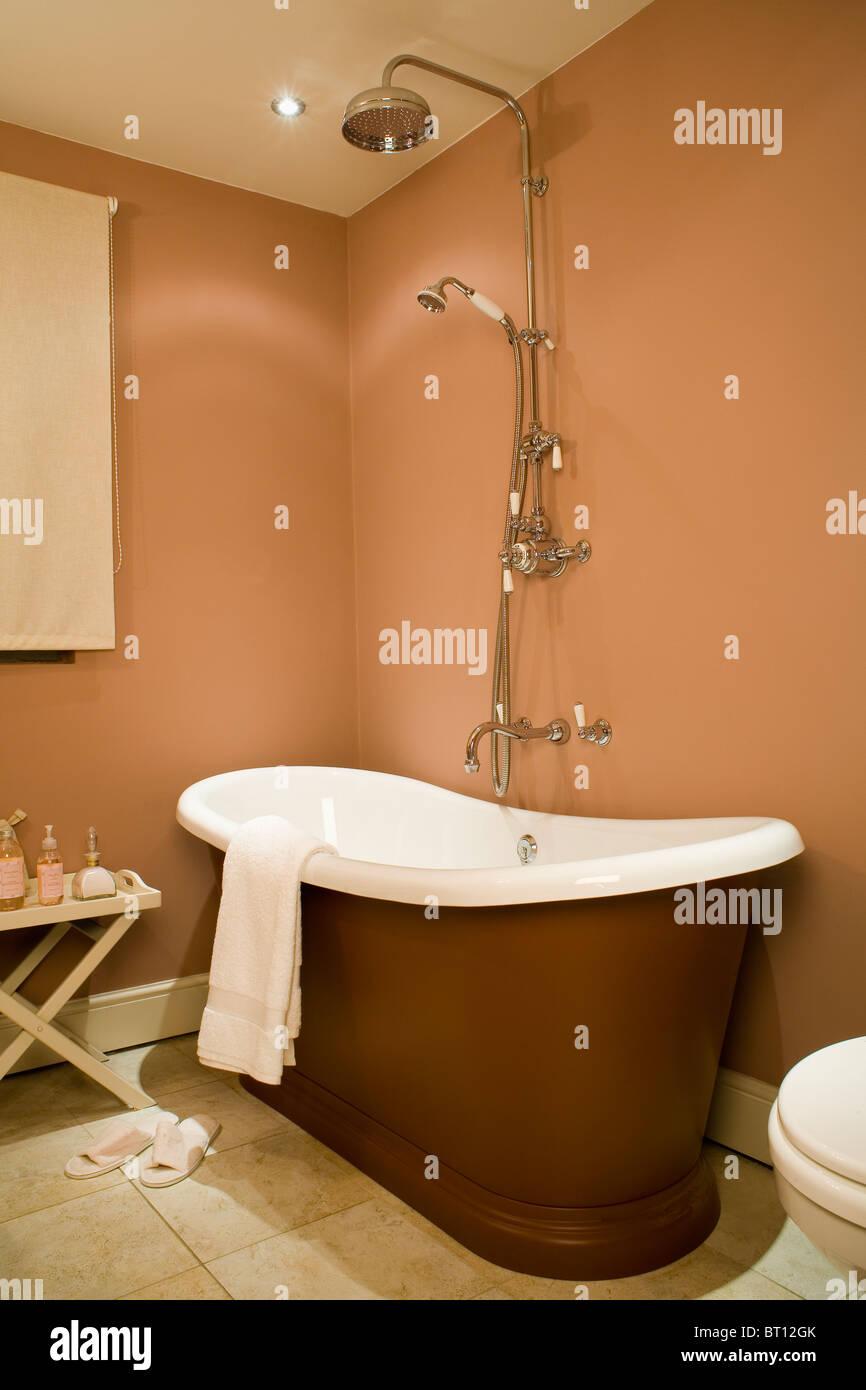 Große Edelstahl Dusche über Moderne Roll Top Bad In Terrakotta Bad