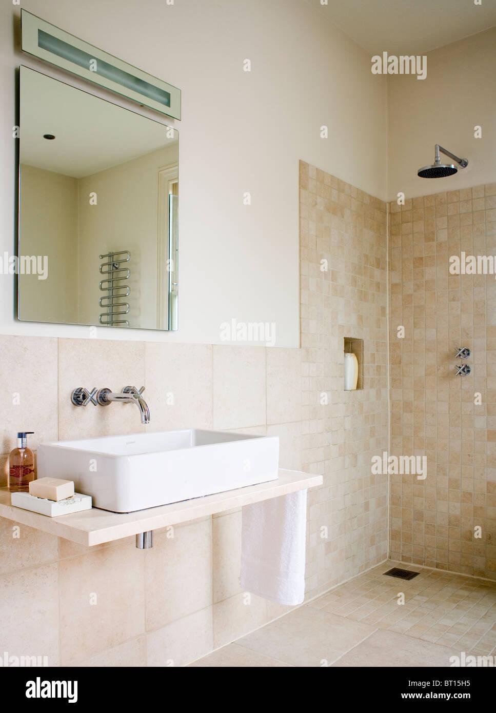 Spiegel über Rechteckige Weiße Waschbecken Eitelkeit Regal In Modernen  Beige Geflieste Bad Mit Begehbarer Dusche