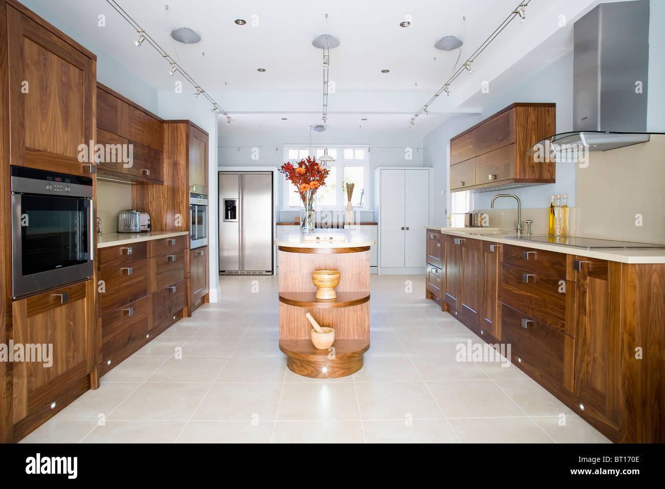 Kalkstein-Böden in große, moderne Küche mit dunklem Holz ...