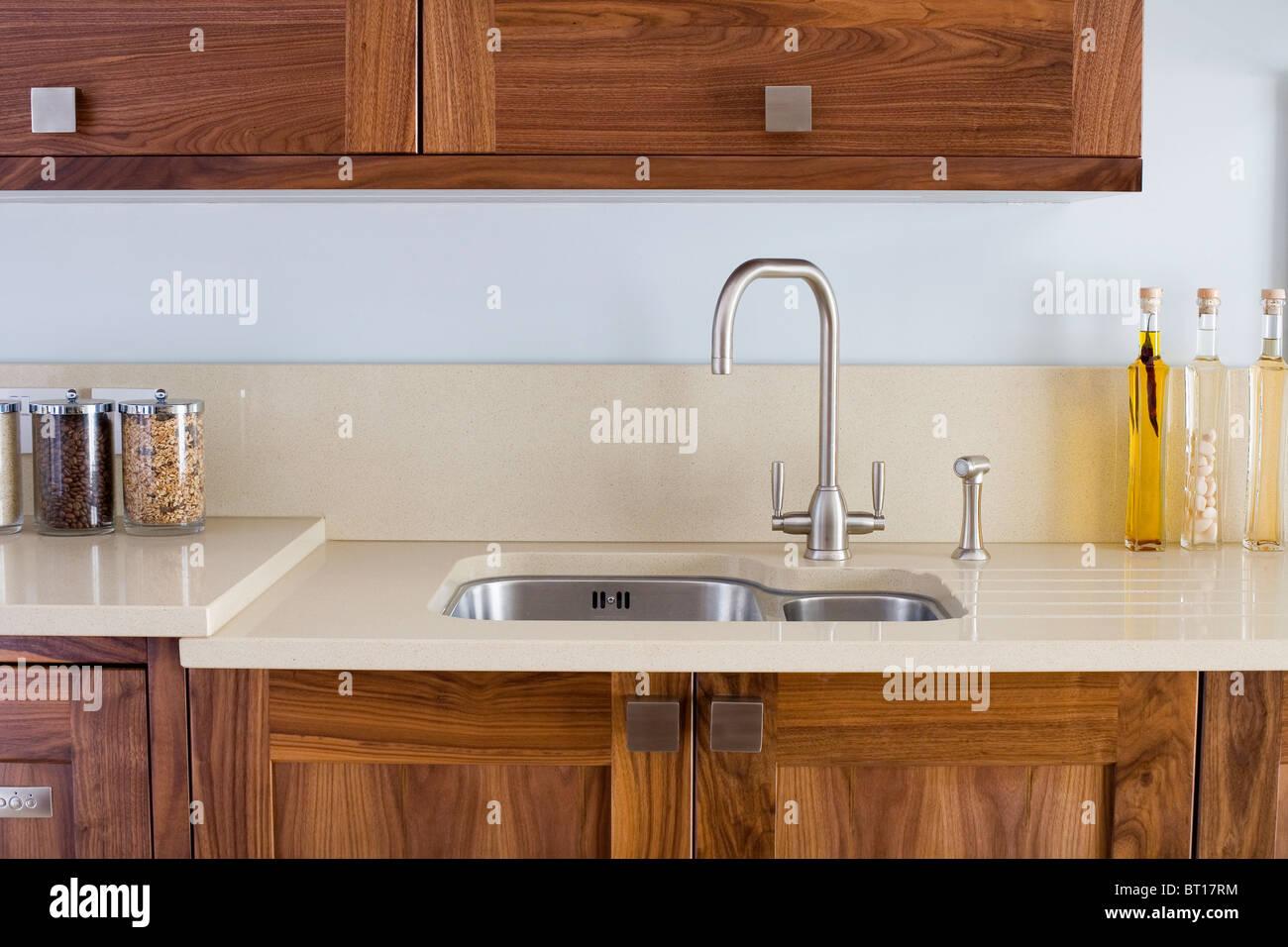Fantastisch Chrom Mischer Tippen Und Unter Set Edelstahl Waschbecken In Modernen Küche  Mit Corian Arbeitsplatten Auf Dunklem Holz Einheiten