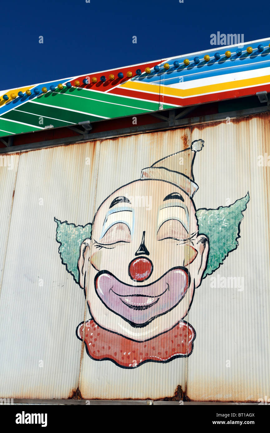 Ein Clown Gesicht Gemalt Auf Der Ruckseite Von Einem Vergnugungspark Stand Casino Pier Seaside Heights New Jersey Usa Stockfotografie Alamy