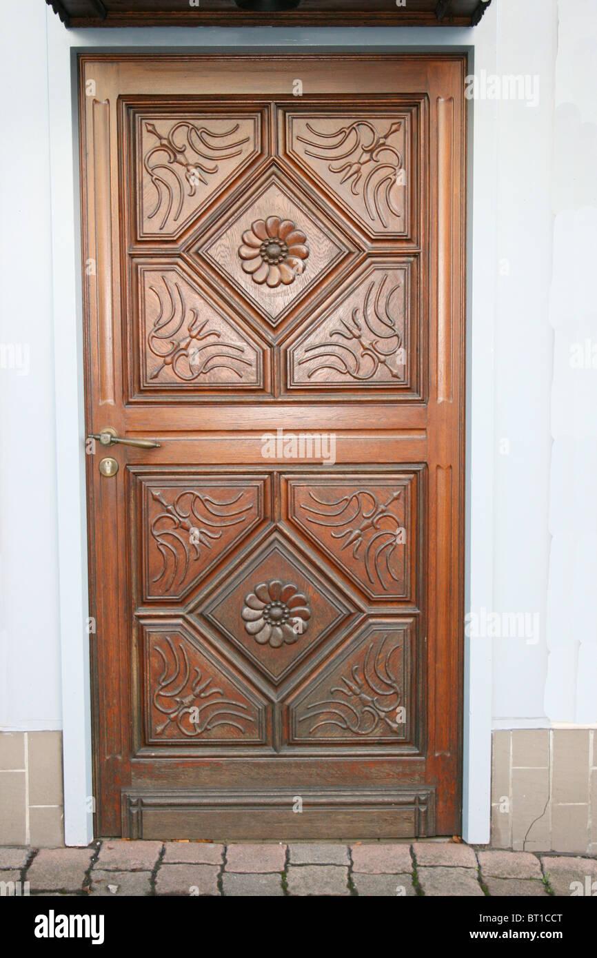 reich verzierte hölzerne Eingangstür Stockbild
