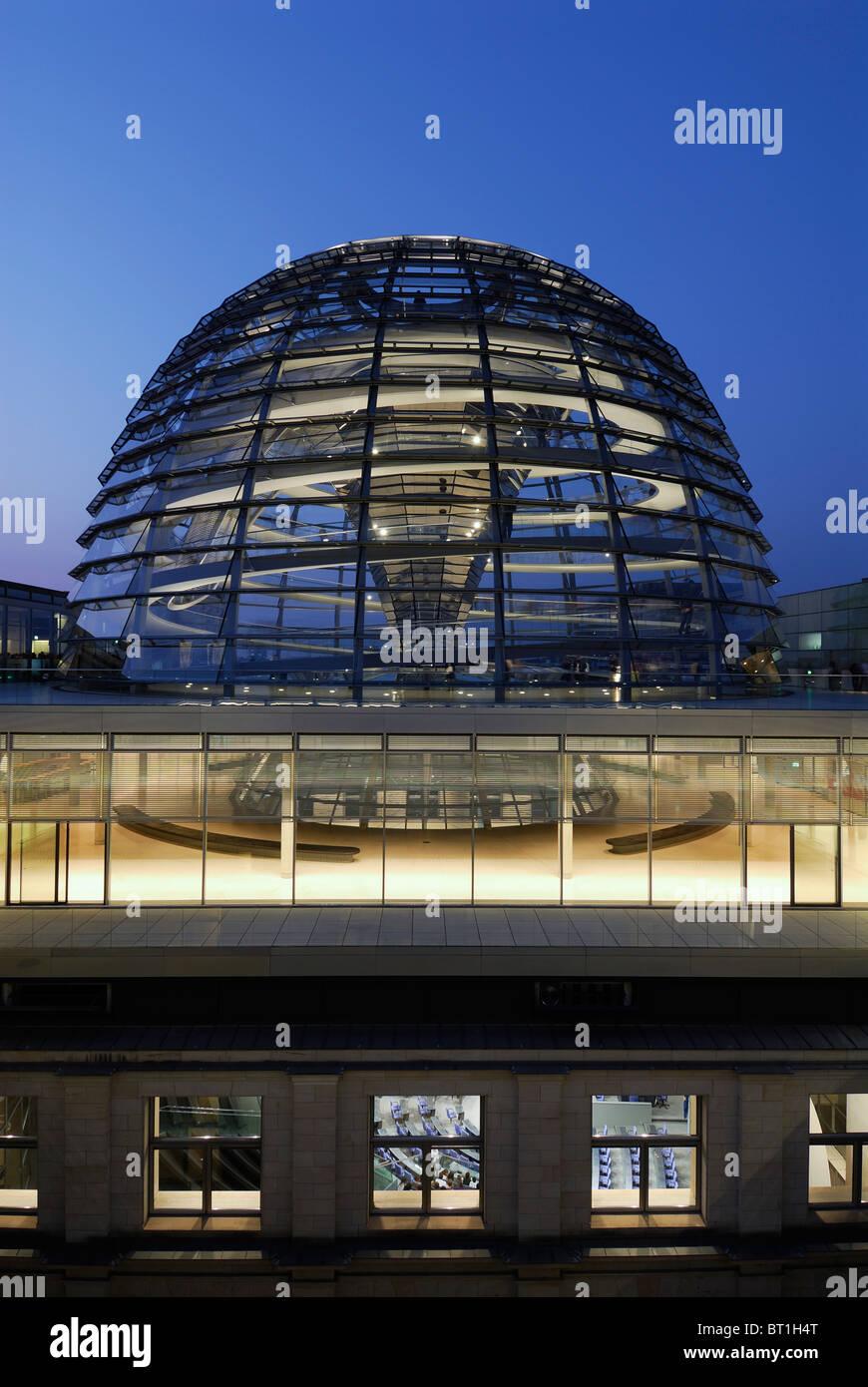 Berlin. Deutschland. Die Reichstagskuppel in der Dämmerung, vom Architekten Sir Norman Foster. Stockbild