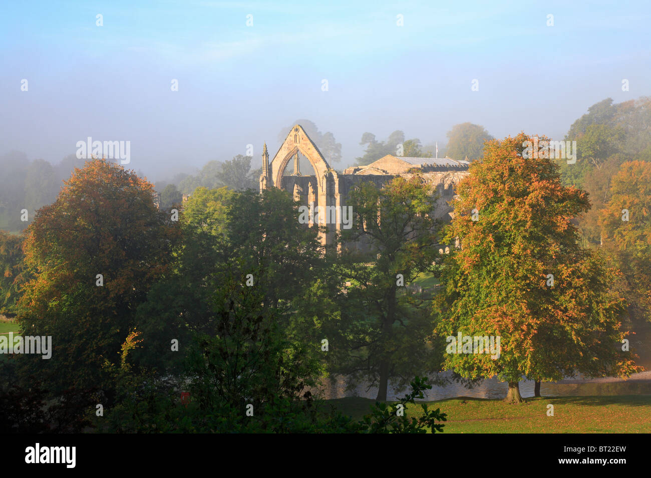 Bolton Priory im Herbst Nebel, Bolton Abbey, Yorkshire Dales National Park, North Yorkshire, England, UK. Stockfoto