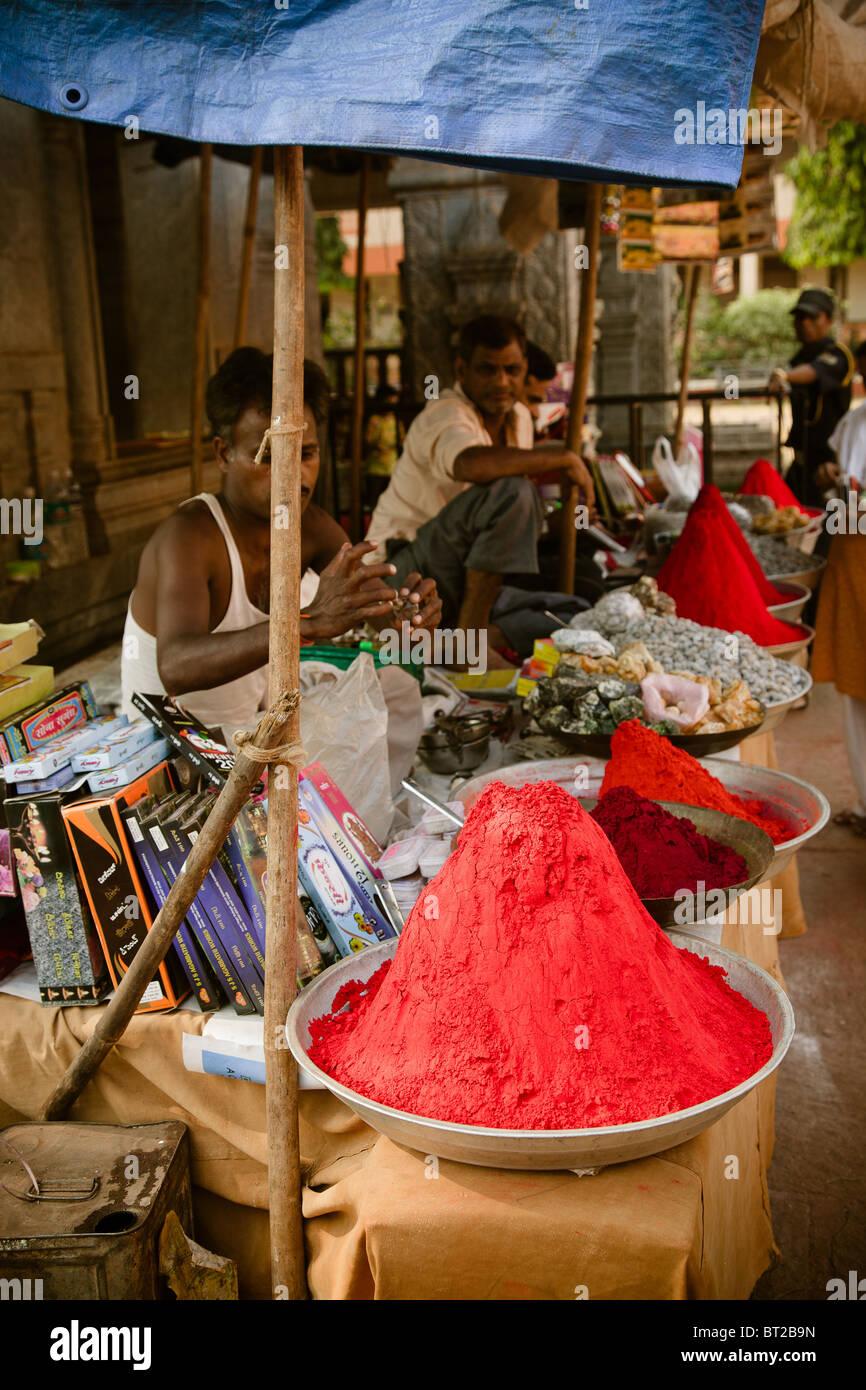 Redaktionelle Foto von indischen Händlern Pulver Parfüm. Indien, Goa Stockbild