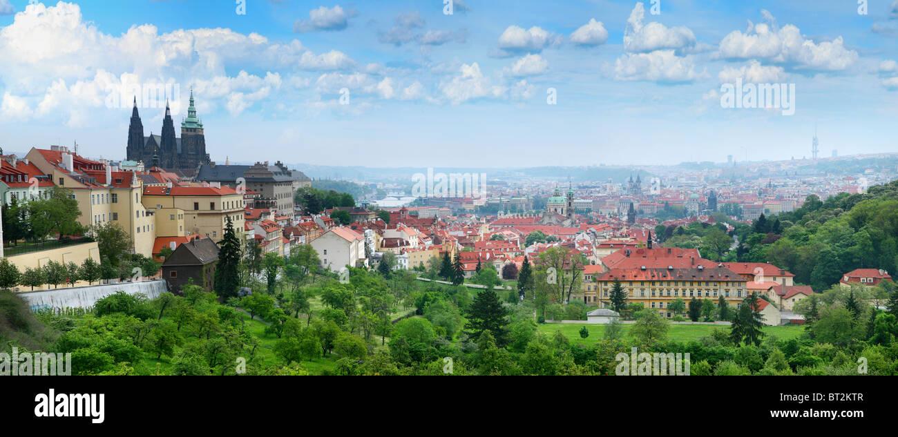 Schönes Panorama der roten Dächer der Prager Altstadt. Stockbild