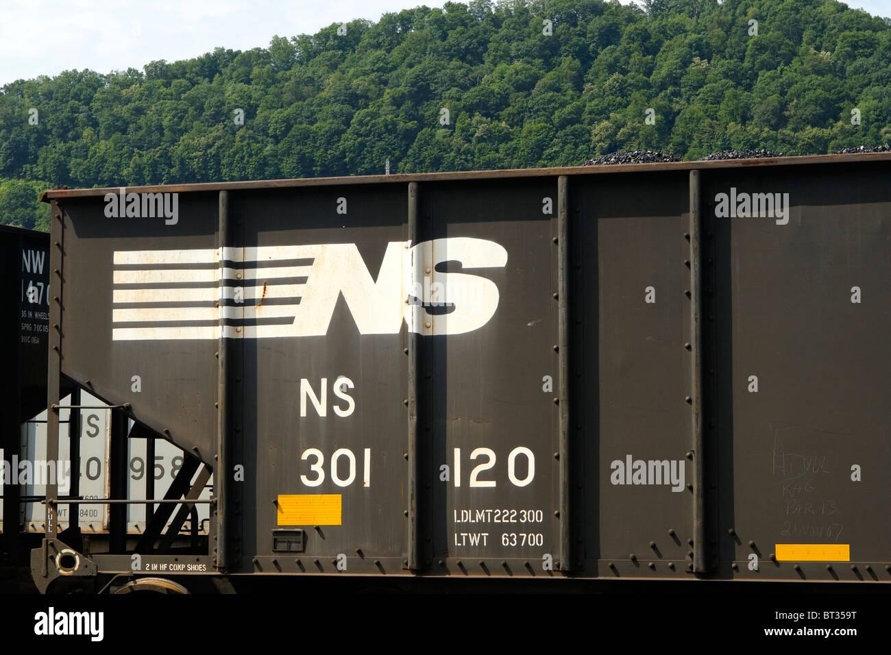 Eine Nahaufnahme von der Norfolk Southern Railway Logo branding auf einer Gondel Kohle Auto in West Virginia, USA. Stockfoto