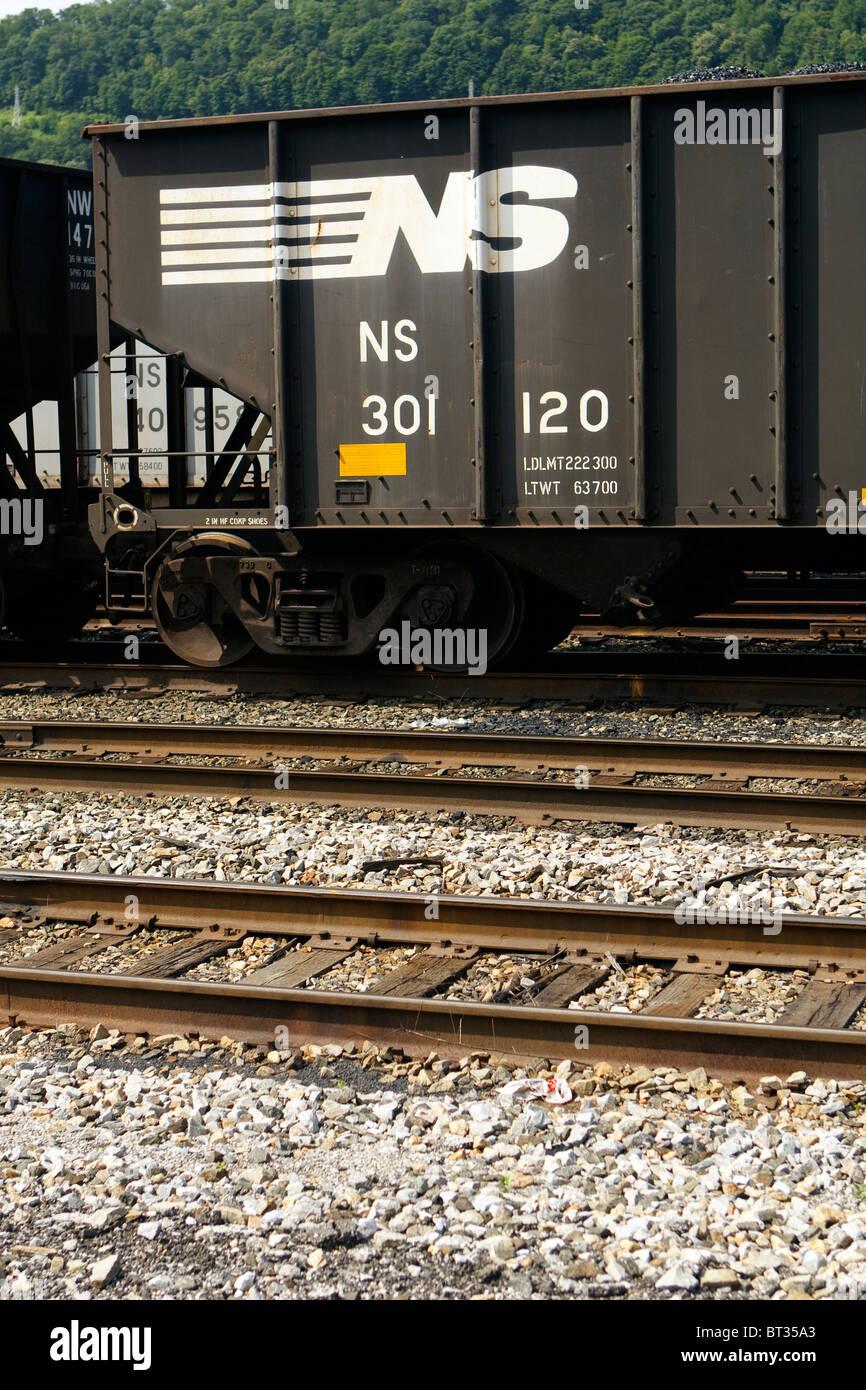Eine Nahaufnahme der Norfolk Southern Railway Logo auf einer Gondel Kohle Auto in West Virginia Railyard. Stockfoto