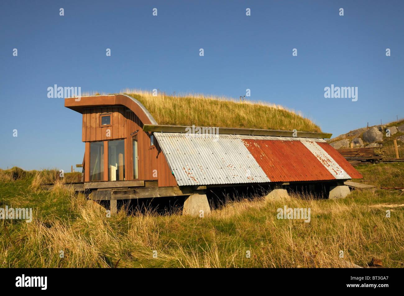 Eco/Alternative Haus gebaut aus neuen und aufgearbeiteten Materialien mit einem Rasen-Dach Stockbild