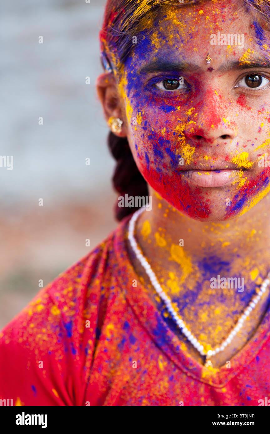 Junge Inderin mit Farbpulver Pigment bedeckt Stockbild