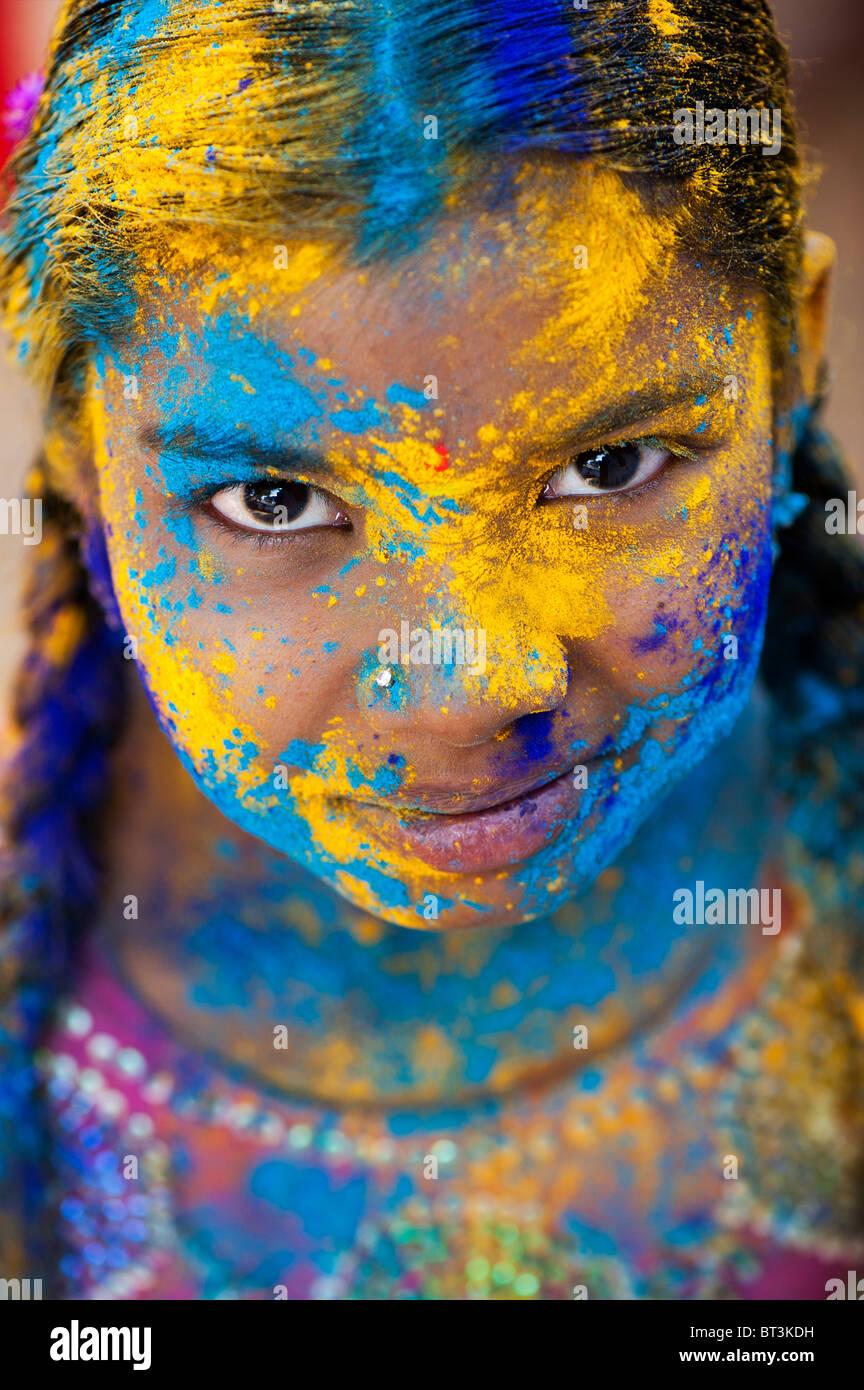 Junge indische Mädchen in farbigen Pulver pigment bedeckt. Indien Stockbild