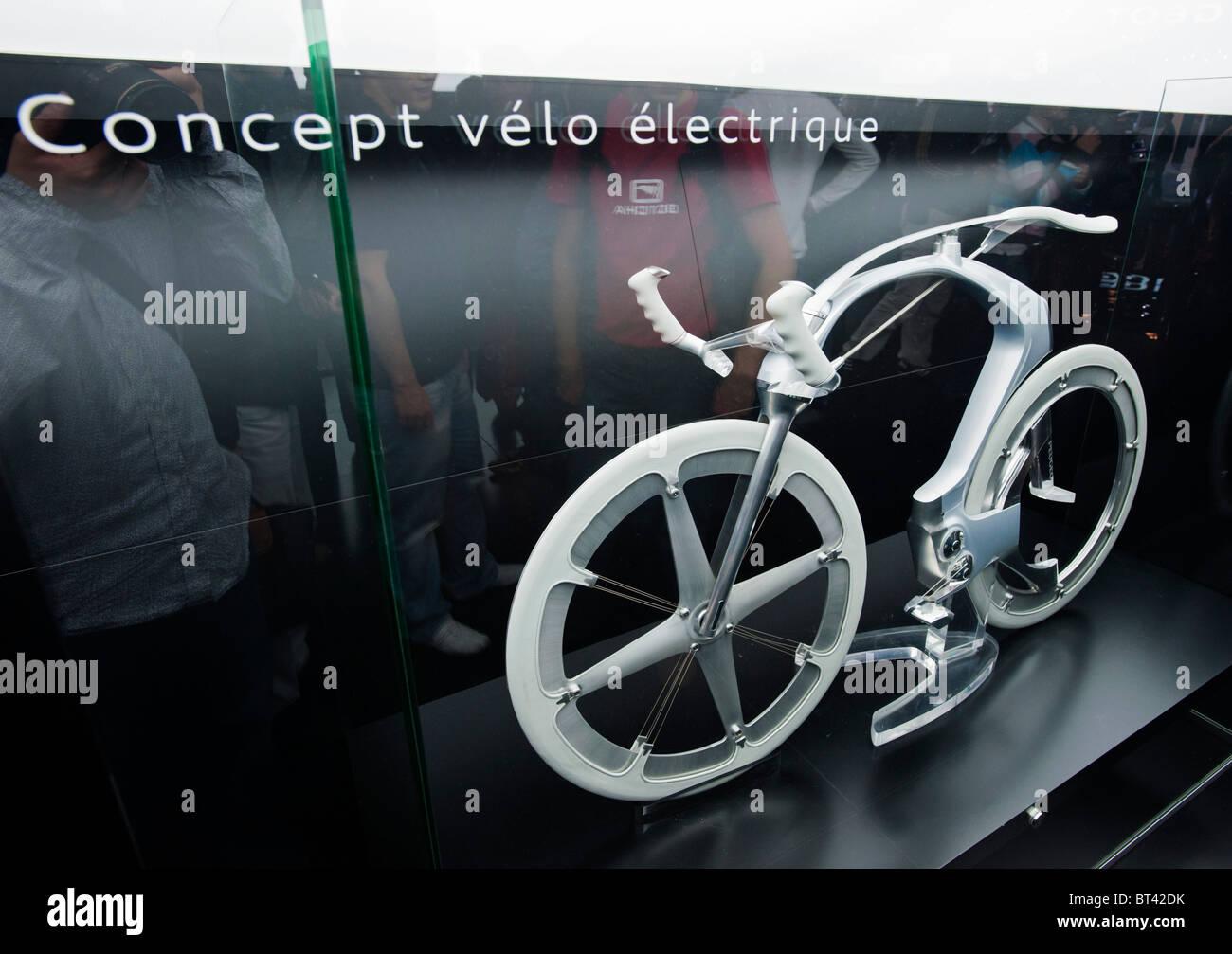 Konzept für Elektro-Fahrrad von Peugeot auf der Paris Motor Show 2010 Stockbild