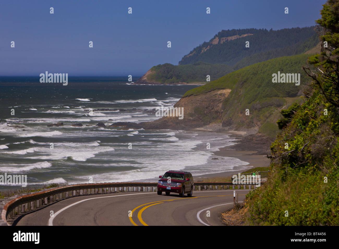 FLORENCE, OREGON, USA - Pkw-Verkehr auf der malerischen Route 101 auf zentrale Oregon Küste. Stockbild