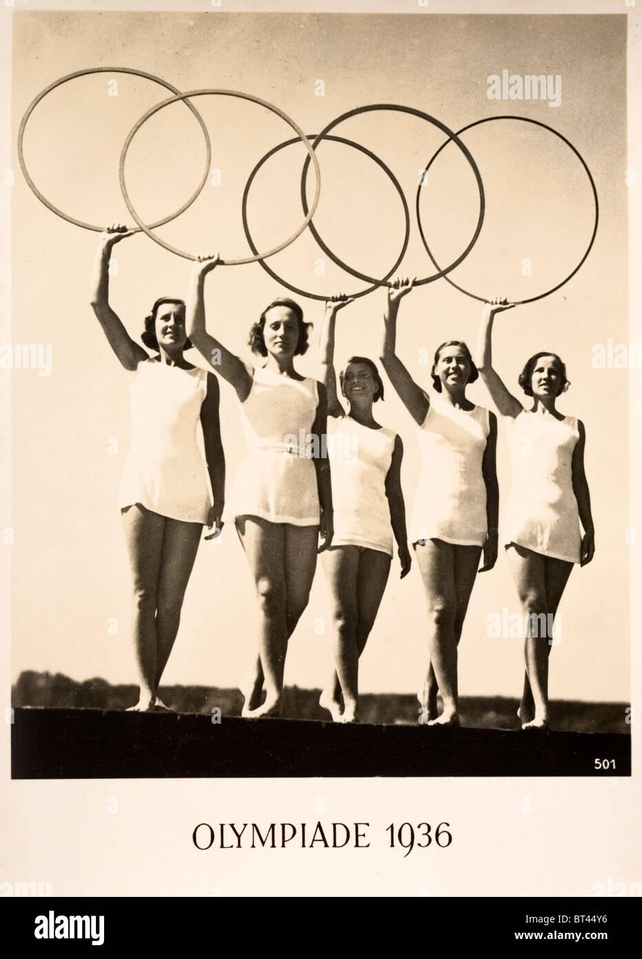 Olympiade 1936. Werbung-Postkarte für die Olympischen Spiele 1936 in Berlin. Fünf Frauen halten die fünf Stockbild